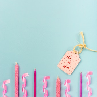 Arreglo plano de quinceañera con etiqueta de cumpleaños