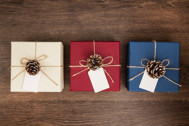 Arreglo plano con regalos de navidad sobre fondo de madera