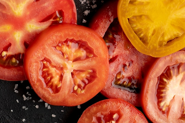 Arreglo plano de rodajas de tomate