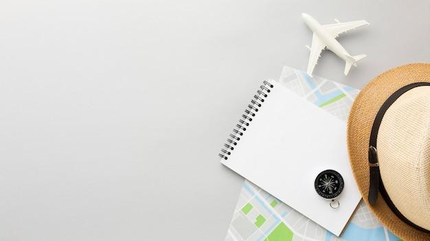 Arreglo plano de sombrero y cuaderno