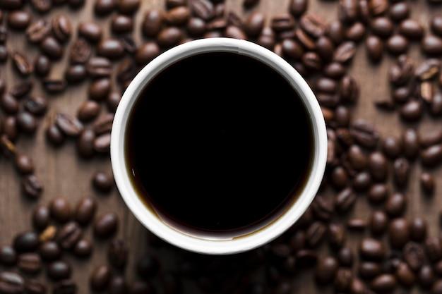 Arreglo plano con taza de café negro