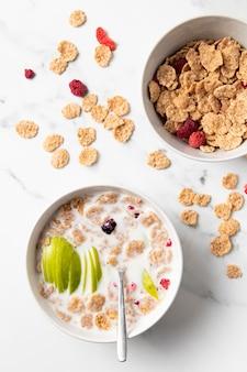 Arreglo plano de tazón de cereales