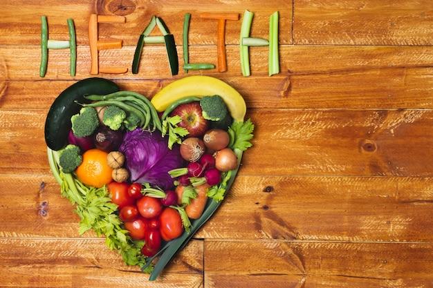 Arreglo plano de vegetales en forma de corazón