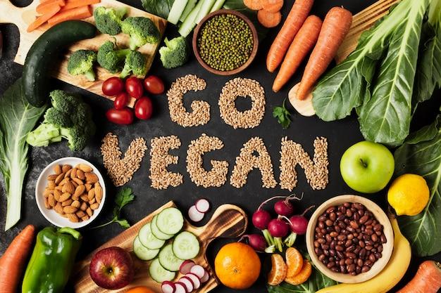 Arreglo plano con verduras y frutas.