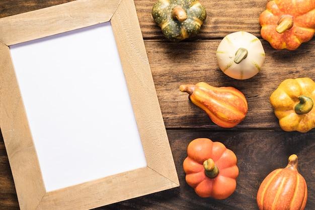 Arreglo plano con verduras y marco.