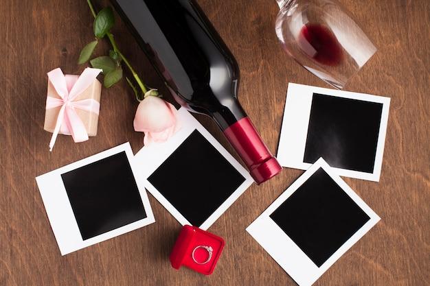 Arreglo plano con vino y fotos.