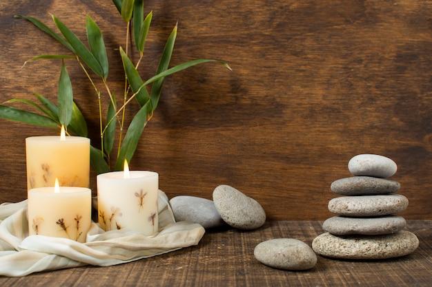 Arreglo con plantas y piedras de spa.