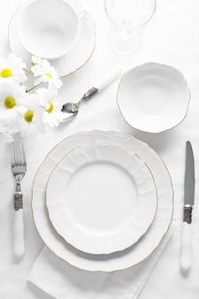 Arreglo con platos blancos