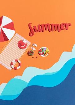 Arreglo de playa de verano hecho de diferentes materiales.