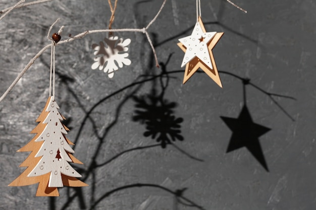 Arreglo de primer plano con árbol decorado y fondo de estuco