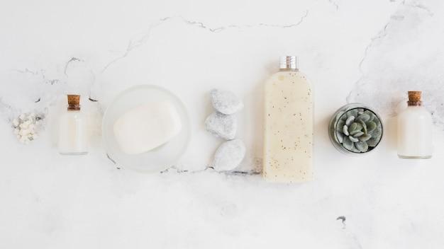 Arreglo de productos de baño sobre fondo blanco.