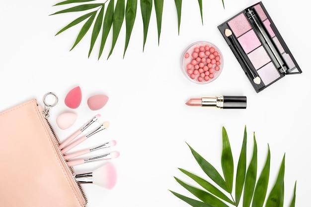 Arreglo de productos de belleza sobre fondo blanco.