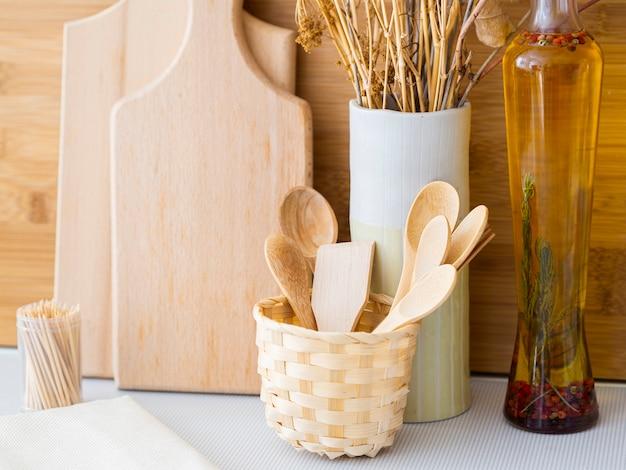 Arreglo con productos de cocina de madera.