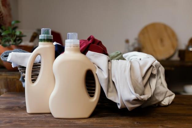 Arreglo con productos de limpieza y canasta.