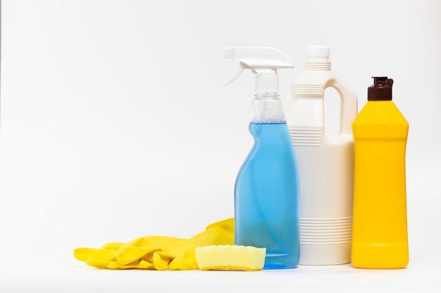 Arreglo con productos de limpieza y guantes.