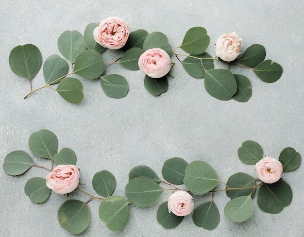 Arreglo de ramas y rosas en plano