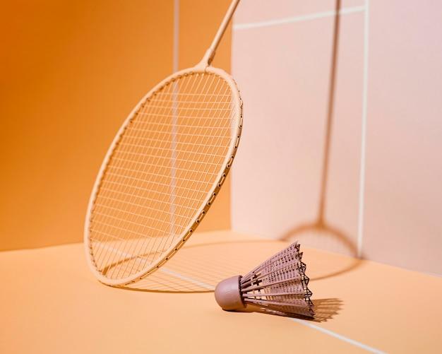 Arreglo de raqueta de bádminton y volante