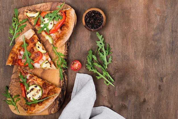 Arreglo de rebanadas de pizza con espacio de copia