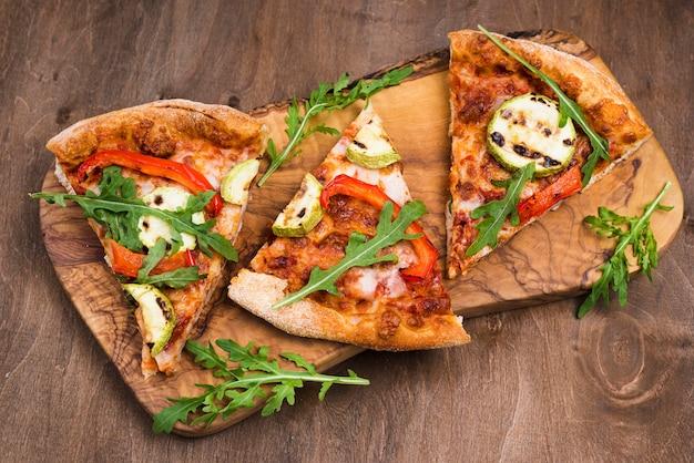 Arreglo con rebanadas de pizza