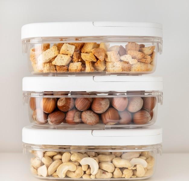 Arreglo con recipientes de comida.