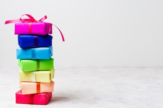 Arreglo de regalos de arco iris con espacio de copia