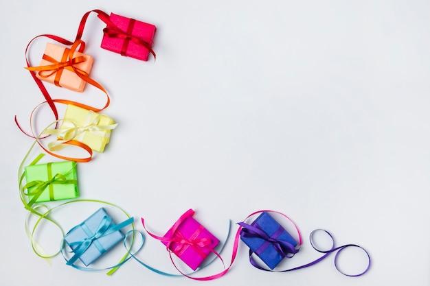 Arreglo de regalos de arco iris de vista superior con espacio de copia