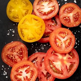 Arreglo de rodajas de tomate vista superior