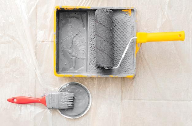 Arreglo con rodillo, pintura y brocha.