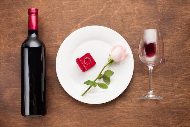 Arreglo romántico vista superior con vino.