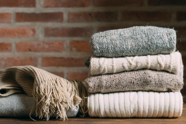 Arreglo con ropa abrigada y pared de ladrillo.