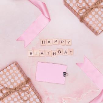 Arreglo rosa mínimo con artículos de cumpleaños.
