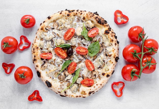 Arreglo sabroso de pizza y tomates