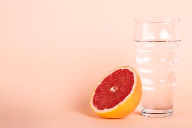 Arreglo saludable con agua y fruta.