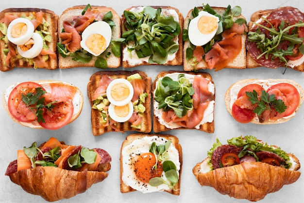 Arreglo de sandwiches frescos sobre fondo blanco.