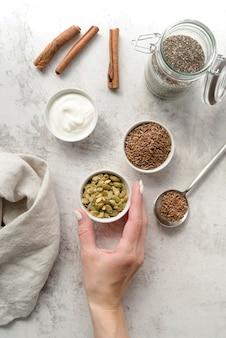 Arreglo de semillas orgánicas y crema batida.