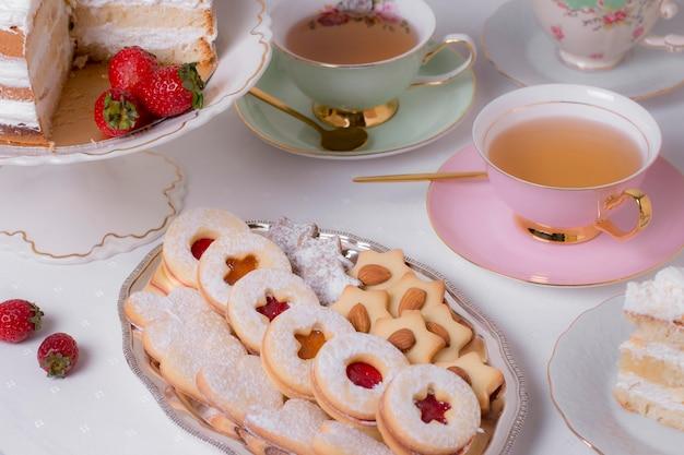 Arreglo sofisticado de elementos de la fiesta del té.