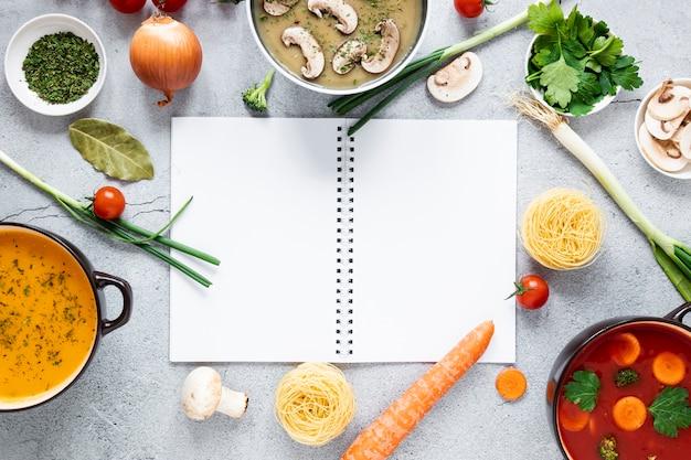 Arreglo de sopa y verduras en plano