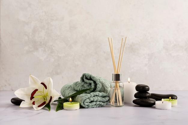 Arreglo de spa con artículos terapéuticos.