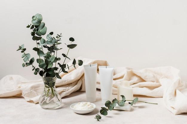 Arreglo de spa con cremas y plantas.