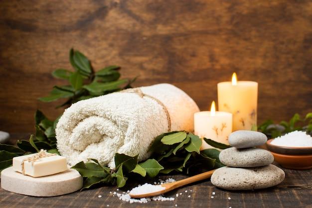 Arreglo de spa con toalla, jabón y sal.