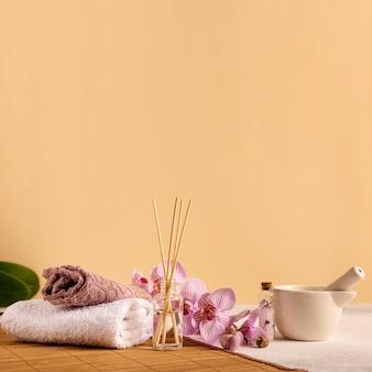 Arreglo de spa con toallas y flores.