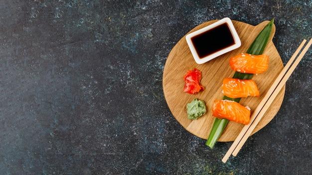 Arreglo de sushi japonés de vista superior con espacio de copia