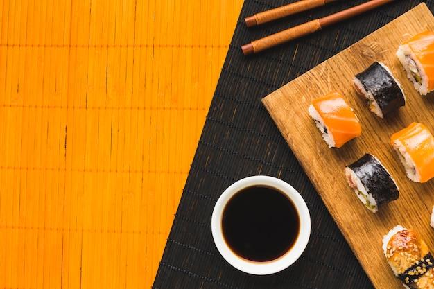 Arreglo de sushi minimalista con espacio de copia