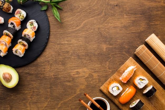Arreglo de sushi plano con espacio de copia.