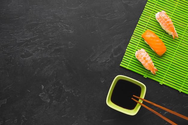 Arreglo de sushi vista superior con espacio de copia