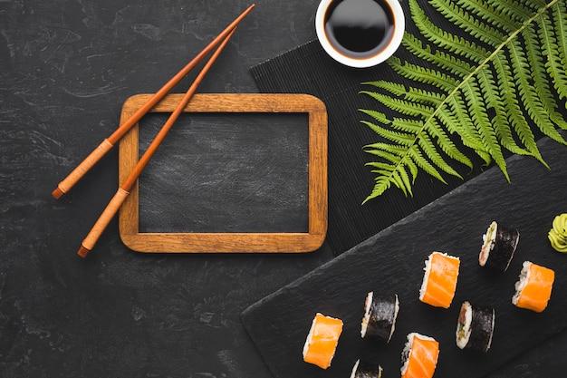 Arreglo de sushi vista superior con marco negro