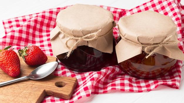 Arreglo con tarros de mermelada