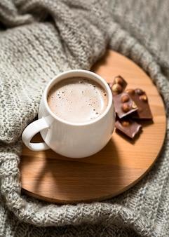 Arreglo de taza de café de ángulo alto