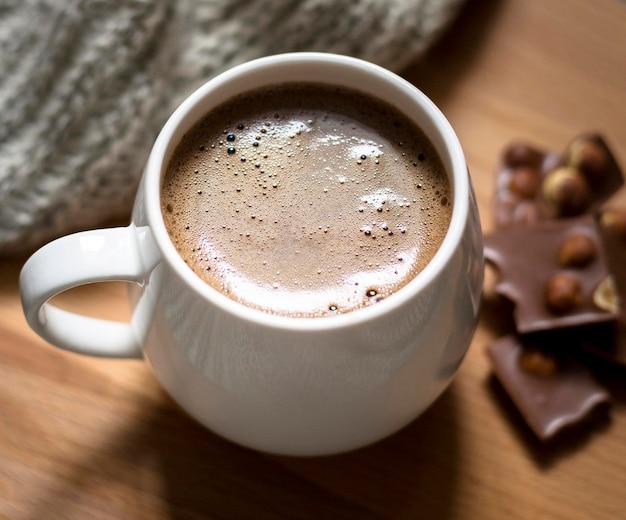 Arreglo con taza de café y chocolate de cerca