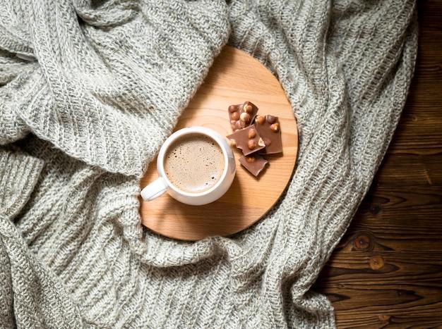 Arreglo de taza de café y chocolate